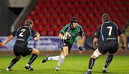 Glasgow's Eric Milligan and James Eddie close in on Connacht flanker Johnny O'Connor