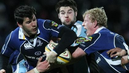 Leinster's Shane Horgan tries to offload under pressure from Glasgow back rower Johnnie Beattie